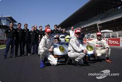Les pilotes de la n°80 du Morgan Works Race Team : Neil Cunningham, Adam Sharpe, Keith Ahlers, avec le reste de l'équipe