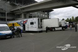 Les camions arrivent dans le paddock
