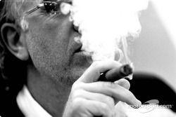 David Richards fume un cigar de célébration, après la deuxième place de Jenson Button