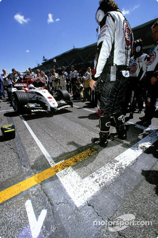 Jenson Button celebra su pole position en la parrilla de salida