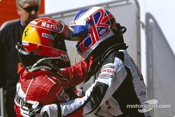 Ganador de la carrera, Michael Schumacher y Jenson Button se felicitan el uno al otro