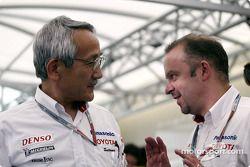 Le Team Principal de Toyota, Tsutomu Tomita, avec Mike Gascoyne