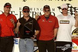 Ricky Rudd fête sa pole position avec Len et Eddie Wood ainsi que le crew chief Ben Leslie