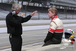 Rick Mears donne des conseils au rookie Taylor Fletcher lors de son premier test en Menards Infiniti Pro Series