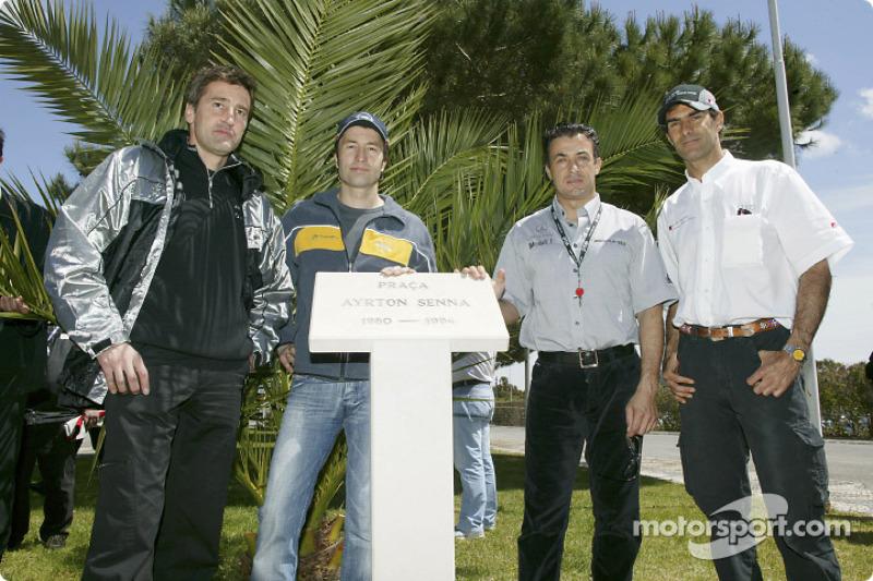 Bernd Schneider, Heinz-Harald Frentzen, Jean Alesi y Emanuele Pirro rinden homenaje a Ayrton Senna e