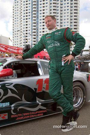 Tommy Kendall se détend après avoir obtenu la pole position