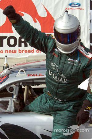 Paul Gentilozzi sort de sa voiture sur la Victory Lane