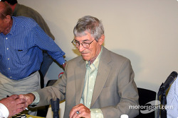 Vic Elford signing autographs