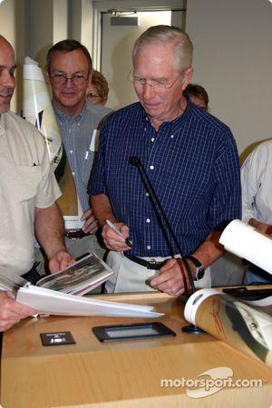 Jim Hall signe des autographes au Racing Forum
