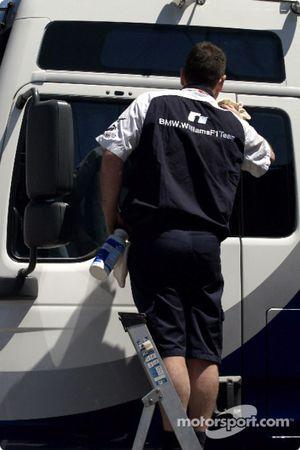 Williams-BMW takım elemanı washes transporter