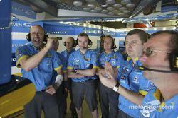 Сотрудники команды Renault F1 team следят за квалификационной попыткой Ярно Трулли