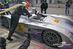 Arrêt aux stands pour l'Audi R8 n°88 d'Audi Sport UK Team Veloqx (Jamie Davies, Johnny Herbert)