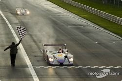 L'Audi R8 n°88 d'Audi Sport UK Team Veloqx (Jamie Davies, Johnny Herbert) passe sous le drapeau à da