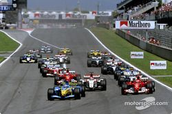 Arrancada: Jarno Trulli toma la delantera por delante de Michael Schumacher y Takuma Sato
