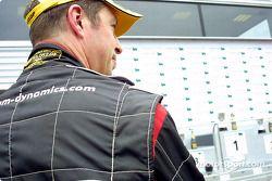 Matt Neal regarde la plus haute marche du podium