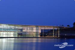 Une vue nocturne du McLaren Technology Centre