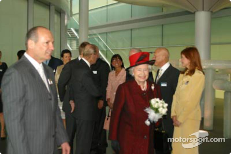 Ron Dennis y su Majestad la reina Elizabeth II: ganador de la carrera Kimi Raikkonen celebra con Ron