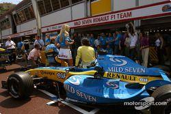 Photoshoot Renault : un top model prend la pose avec Jarno Trulli et Fernando Alonso