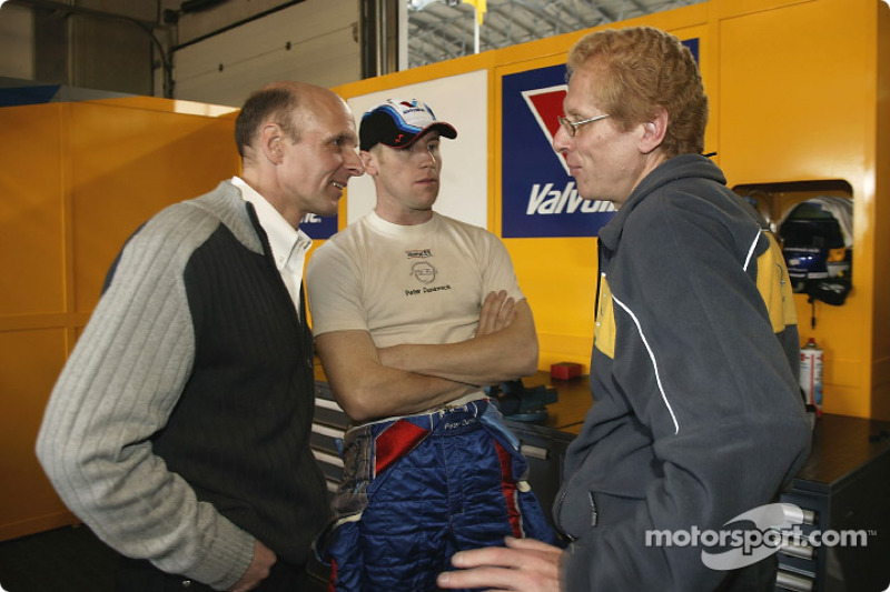 Opel-Sportchef Volker Strycek, Peter Dumbreck und Ingenieur Johannes Gruber