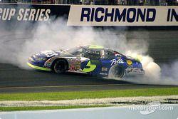 Kyle Busch fait fumer les pneus