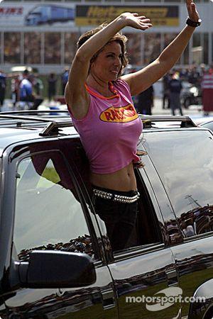 La Race Girl salue les fans