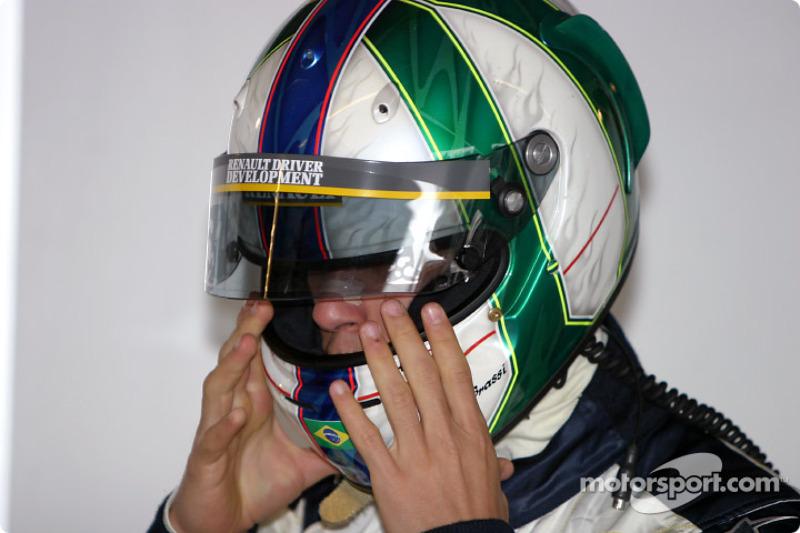 Um dos grandes nomes do kart brasileiro de seu tempo, Di Grassi estreou no automobilismo em 2002, na F-Renault Brasil. Venceu duas provas (Londrina e Jacarepaguá) e acabou como vice-campeão.
