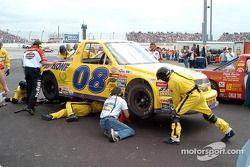L'équipe de Ken Weaver répare la voiture endommagée