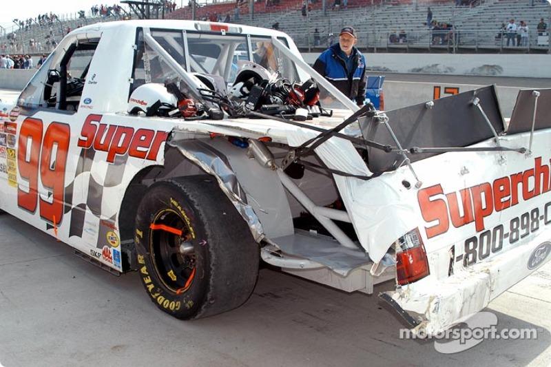 Des dégâts sur le truck de Carl Edwards