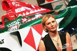 Jaguar Racing y Steinmetz presentan el diamante Jaguar R5: con la modelo Bridget Hall, posa con un collar de diamantes Steinmetz