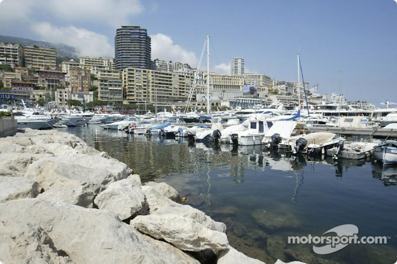 Перед шестым этапом сезона, Гран При Монако, в активе Скудерии было 82 очка. Второе место в Кубке конструкторов занимала Renault с 42 баллами, у BAR было 32 очка, у Williams – 30.