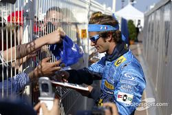 Jarno Trulli signe des autographes