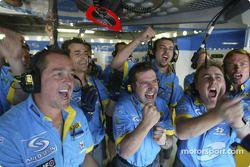 Les mécaniciens Renault célèbrent la pole position de Jarno Trulli