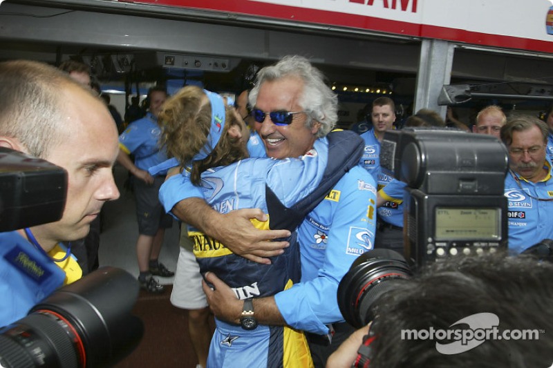 Jarno Trulli celebra su pole position con Flavio Briatore