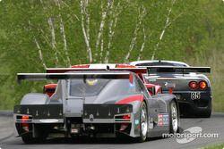 La Ferrari 360GT n°85 du Falcon Racing (Nick Longhi, Joshua Rehm, Lawrence Stroll) mène un groupe de voitures