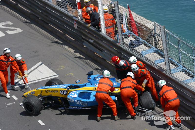 …а на 42-м круге, опережая в тоннеле Ральфа Шумахера, испанский гонщик не смог избежать контакта с барьером и вдребезги разбил машину