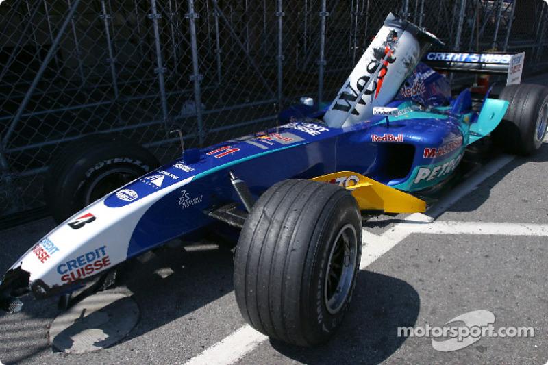Всю набережную заволокло белой пеленой, в которой ничего не было видно. Джанкарло Физикелла из Sauber налетел сзади на McLaren Дэвида Култхарда. Машина итальянца перевернулась. Гонку прервали выездом автомобиля безопасности