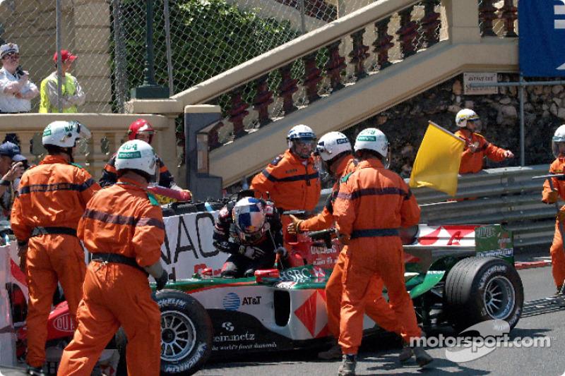 На первом круге произошла одна из самых загадочных аварий в истории Формулы 1: в толчее перед шпилькой у Гранд-отеля Кристиану Клину не хватило места, и гонщик Jaguar влетел в ограждение