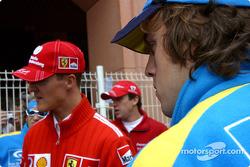 Michael Schumacher y Fernando Alonso esperan para desfile de pilotos