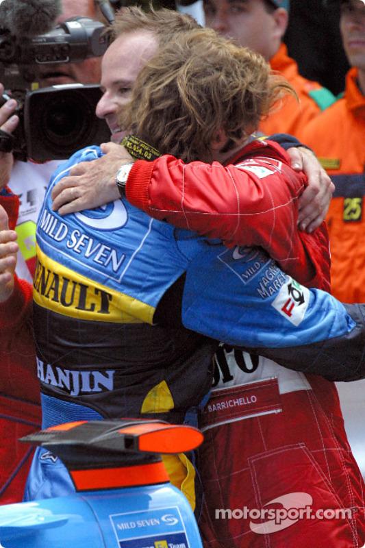 Jarno Trulli felicitado por Rubens Barrichello
