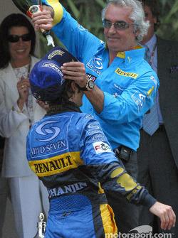 Flavio Briatore vierte champán sobre Jarno Trulli