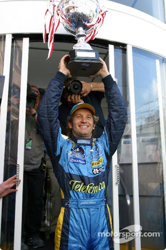 Ganador de la carrera Jarno Trulli celebra