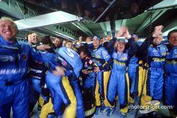 Des membres de Renault F1 fêtent la victoire