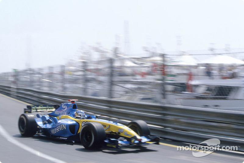 При этом говорить о доминировании Михаэля вовсе не приходилось. Да, он обновил рекорд трассы, проехав круг за 1:14.014, но соперники были совсем близко: Ярно Трулли на Renault (на фото) проиграл всего 0,002 секунды, Такума Сато на BAR – 0,006