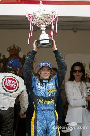 Le vainqueur Jarno Trulli sur le podium