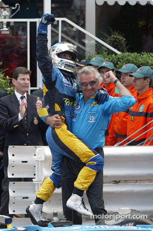 Jarno Trulli celebra la victoria con Flavio Briatore