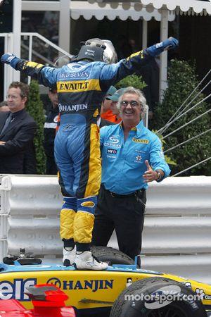 Ярно Трулли празднует победу с Флавио Бриаторе