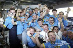Jarno Trulli fête sa victoire avec son équipe