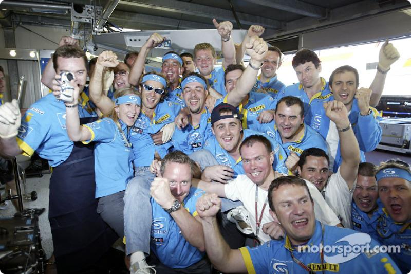 Jarno Trulli celebra su victoria con el equipo