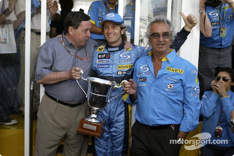 Jarno Trulli celebra su victoria con Patrick Faure y Flavio Briatore