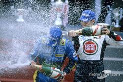 Podio: champagne para Jarno Trulli y Jenson Button
